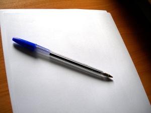 Un buen inicio un boli bic azul y un folio en blanco