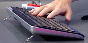 patas-teclado-con-pinza-sujetapapeles-ana-simon-hormiguero